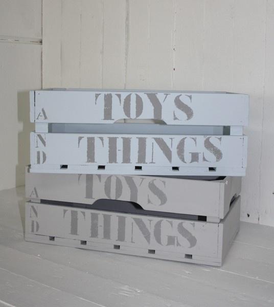 Toys and Things in 3 kleuren leverbaar! Kleur : poederblauw Kleur : grijs Kleur : poederroze Schattige houten bak voor de in babykamer. Handig voor speelgoed en losse spulletjes. (knutselspullen,speelgoed,enz)