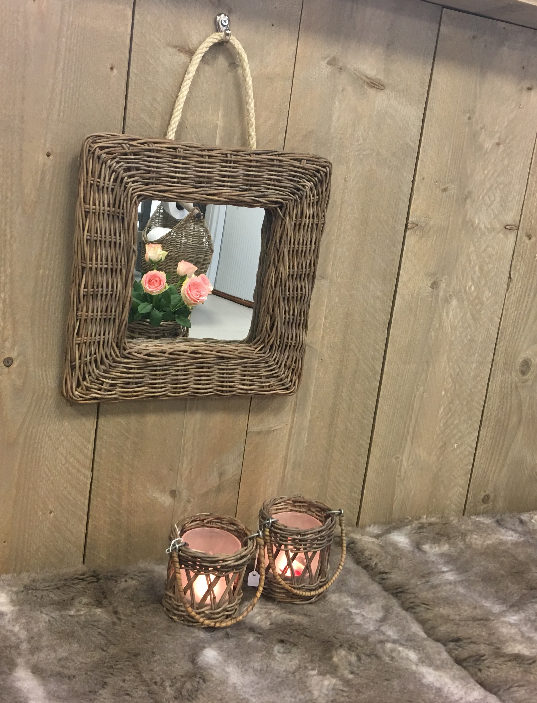 Rieten Spiegel Vierkant Leuk voor in de toilet maar ook leuk als decoratie! Ophangen met touw of met een schroef!
